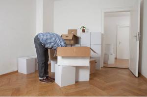 homme dans les cartons de déménagement