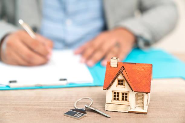 Agent immobilier qui estime le prix d'une maison à vendre