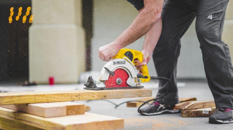 Homme qui fait des travaux de bricolage dans sa maison avec des outils électroportatifs